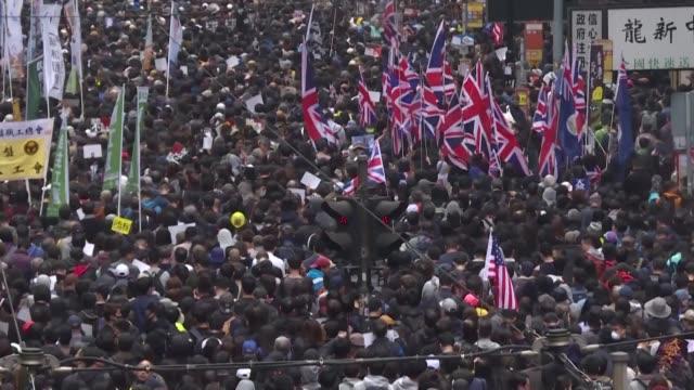 vídeos de stock e filmes b-roll de mas de un millon de manifestantes prodemocracia segun los organizadores convergieron el miercoles en las calles de hong kong para celebrar el cambio... - para choques