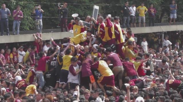masas de devotos catolicos en la capital filipina desafiaron las altas temperaturas y los temores al terrorismo el lunes para participar en una... - multitud stock videos & royalty-free footage