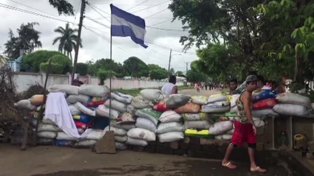 masaya residents continue to resist the offensive launched by armed forces - nicaragua video stock e b–roll