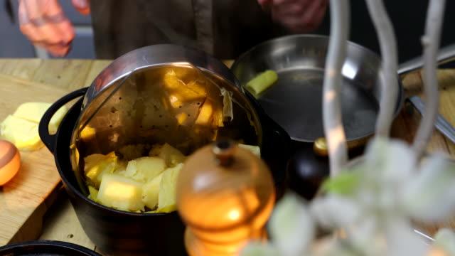mashed leek-celery-potato - マッシュポテト点の映像素材/bロール