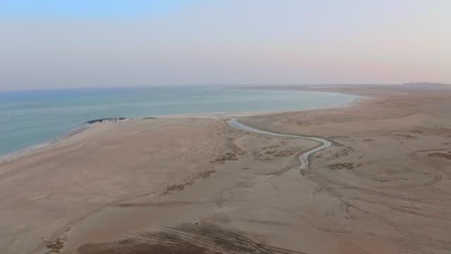 stockvideo's en b-roll-footage met lucht masirah eiland bij dageraad - perzische golfstaten