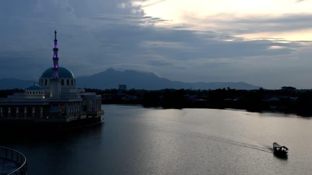 マスジド・インディア・クチングは日没時に浮遊モクを浮かべる - サラワク州点の映像素材/bロール