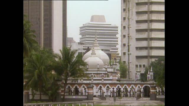 vídeos de stock e filmes b-roll de ws masjid jamek mosque in kuala lumpur, malaysia; 1996 - kuala lumpur