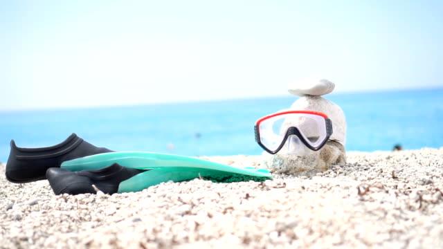 マスクや海の背景にダイビング足ひれ - 夏休み点の映像素材/bロール
