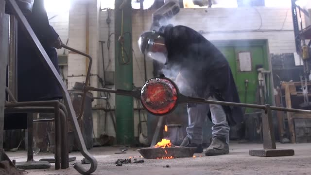 mask is made at new pro foundries in west drayton, middlesex, ahead the ceremony later this month. designed by us sculptor mitzi cunliffe in 1955,... - bafta mask stock videos & royalty-free footage