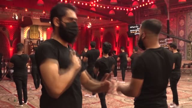 stockvideo's en b-roll-footage met maskclad iraqi shiite muslim worshippers pray while respecting the social distancing restrictions at a mosque on the first day of the holy month of... - gelovige