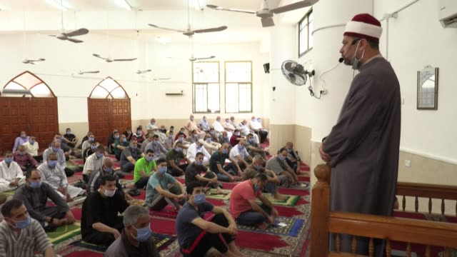vídeos de stock, filmes e b-roll de mask-clad palestinians attend the last friday prayer of the fasting month of ramadan in gaza city after the local authorities allowed mosques to... - decretar