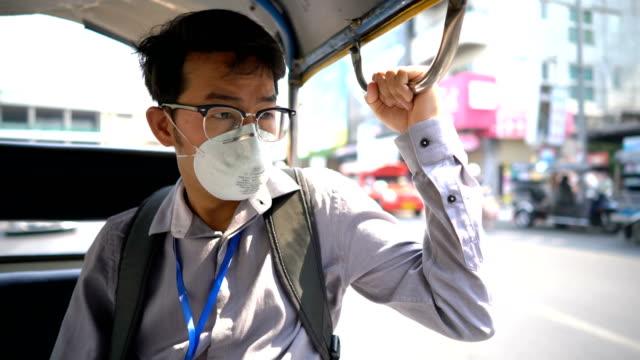 仮面アジア男は車を降りる - passenger点の映像素材/bロール