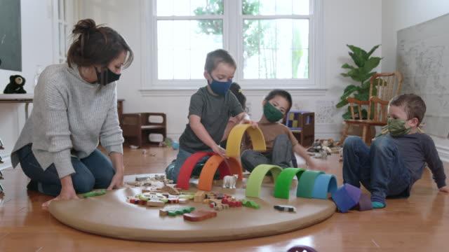 vidéos et rushes de garderie masquée - nurse