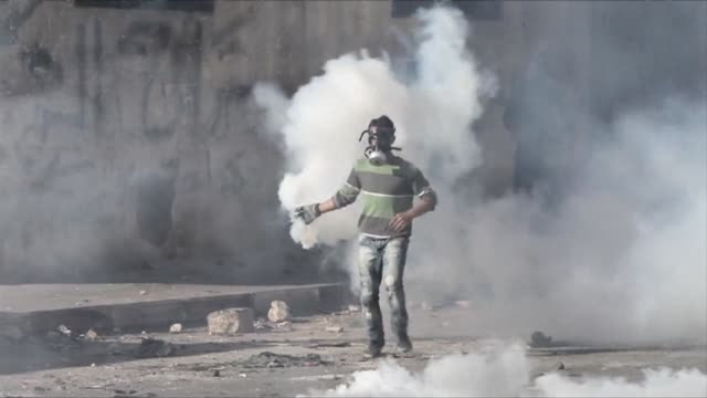 stockvideo's en b-roll-footage met masked palestinian youths clashed on thursday with israeli security forces in the palestinian refugee camp of shuafat in east jerusalem - oost jeruzalem