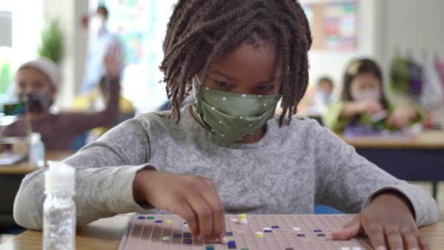 covid-19の間に教室で覆面学生 - 保育点の映像素材/bロール