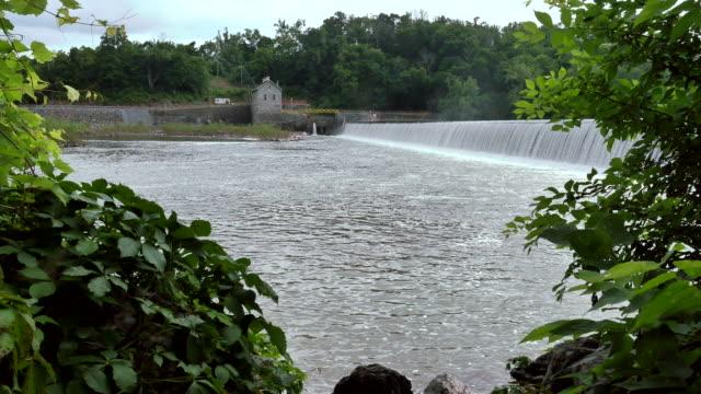 stockvideo's en b-roll-footage met metselwerk dam water elektriciteitscentrale met verpakt groen 4k - potomac rivier