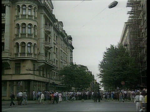 vídeos de stock e filmes b-roll de mass anti-communist demo/anti-kgb action; kgb hq lms crowd gathering demos holding placards - anticomunismo