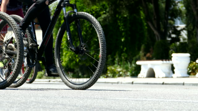 mass arrival of bicyclists through the streets of the city - close-up - avvenimento sportivo video stock e b–roll