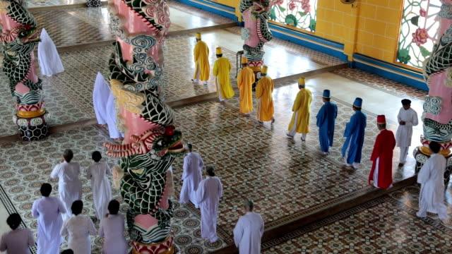 vidéos et rushes de mass celebration in the temple of cao đài religion's holy see, tây ninh, vietnam - fidèle religieux