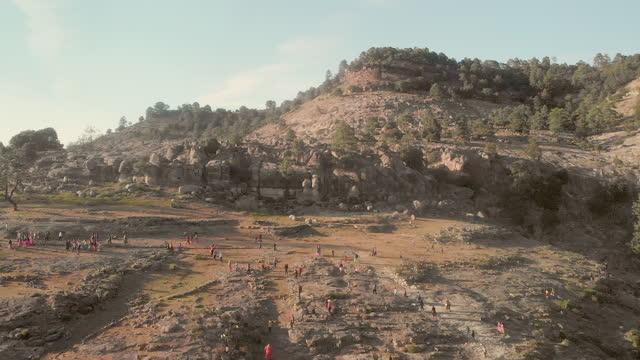 stockvideo's en b-roll-footage met massabijeenkomst van inheemse tarahumara-mensen in het dorp cienagieta, chihuahua mexico in de sierra madres, copper canyon area - noord amerikaanse volksstammen