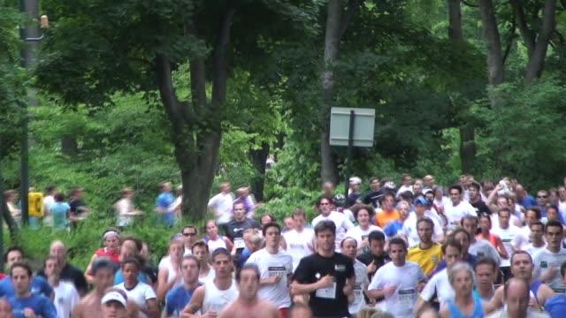 vídeos de stock e filmes b-roll de mass of runners in central park new york city mass of runners in central park nyc on july 15, 2011 in new york city, ny - salmini