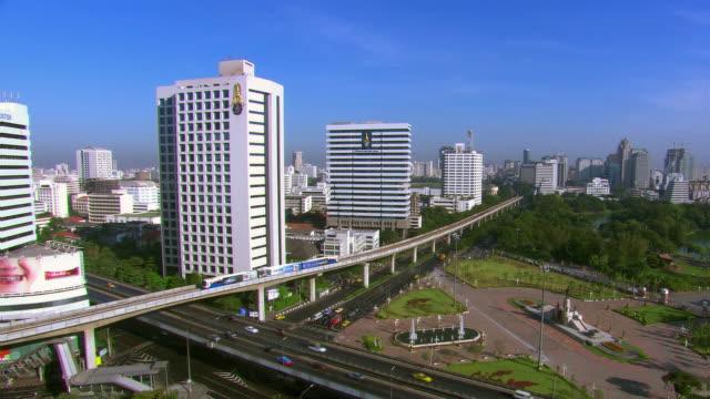 vídeos y material grabado en eventos de stock de mass transit railway, lumphini park and bangkok skyline - artbeats