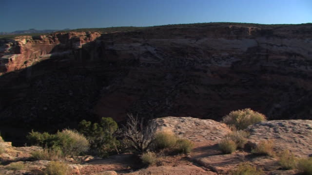 ws pan massacre cave overlook/ canyon de chelly national monument, arizona - canyon de chelly stock videos & royalty-free footage