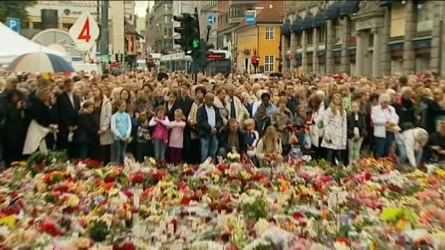 stockvideo's en b-roll-footage met massacre gunman anders breivik appears in court people gathered near mass of floral tributes people standing on balcony people observing silence two... - anders behring breivik