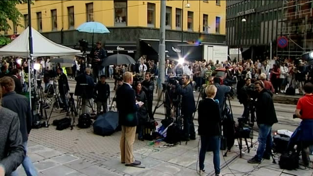 stockvideo's en b-roll-footage met massacre gunman anders breivik appears in court photographers and press gathered outside court camera operators and media in street unidentified man... - anders behring breivik