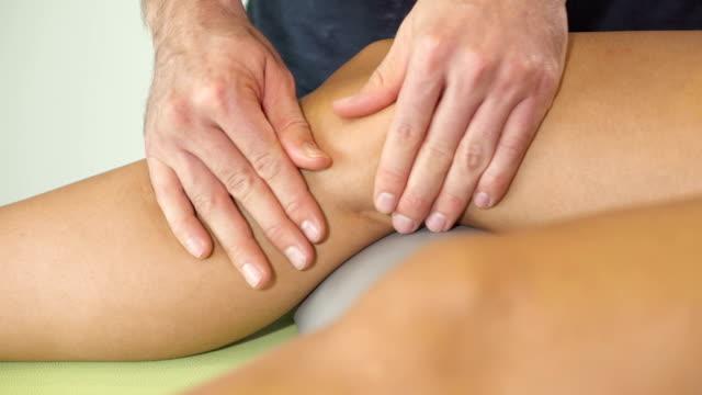 massage around knee - massagetisch stock-videos und b-roll-filmmaterial
