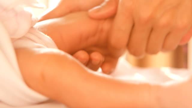 vidéos et rushes de massage des pieds de bébé nouveau-né par sa mère - massage femme enceinte
