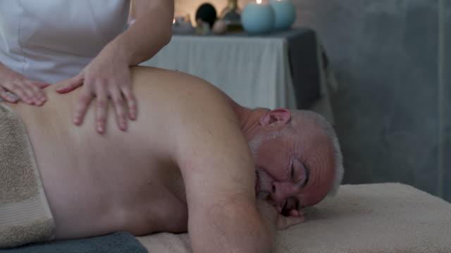 massage für senioren - wohlbefinden stock-videos und b-roll-filmmaterial