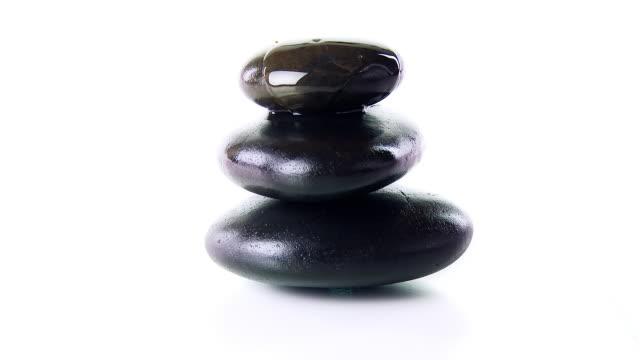 vídeos de stock, filmes e b-roll de hd: vazamento de óleo de massagem de pedras em equilíbrio - lastone therapy