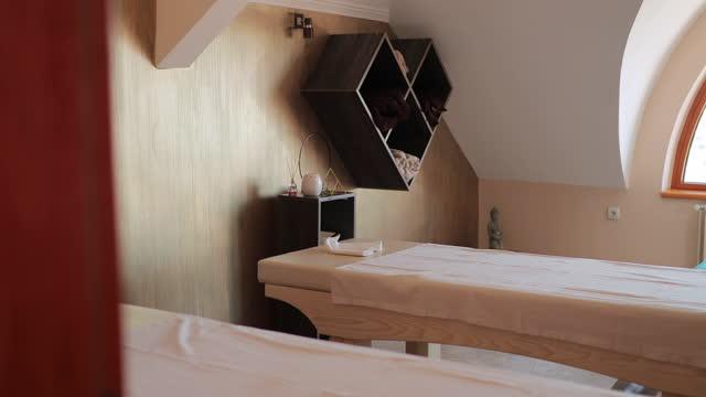 高級スパホテルのマッサージルーム - massage table点の映像素材/bロール