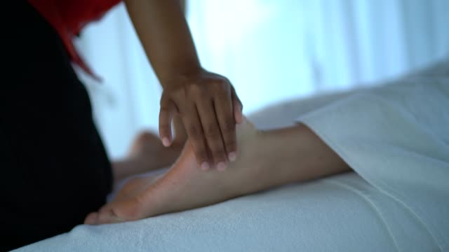 massage therapist doing a massage in a client - shirodhara stock videos & royalty-free footage