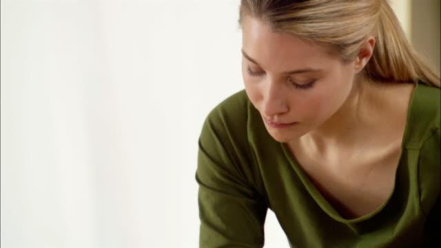 stockvideo's en b-roll-footage met massage therapist giving massage to woman at spa - menselijke rug