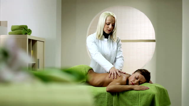 massage - masseur stock-videos und b-roll-filmmaterial