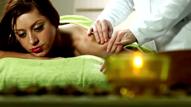 massage - massagetisch stock-videos und b-roll-filmmaterial