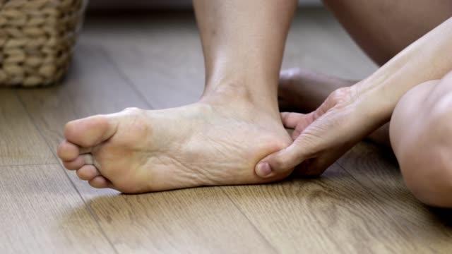 vídeos de stock e filmes b-roll de massaging sore foot - descalço