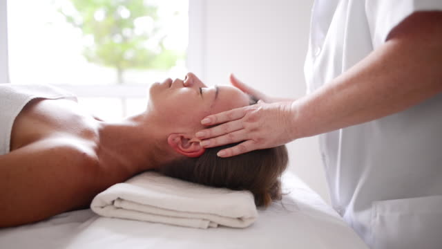 vídeos de stock e filmes b-roll de massaging the body and mind - spa treatment