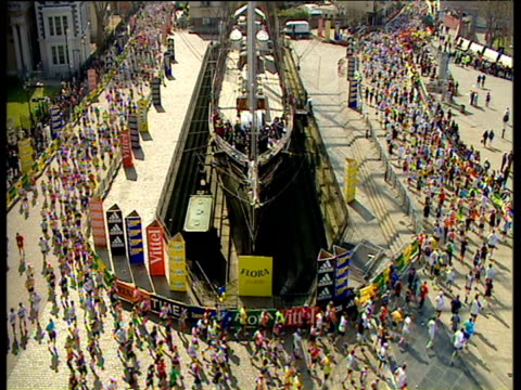 massed fun runners circumvent the cutty sark tall ship in dry dock at greenwich 2002 london marathon - dry dock stock videos & royalty-free footage