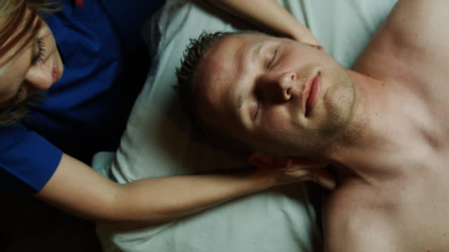 masseuse massaging a man - menschlicher hals stock-videos und b-roll-filmmaterial