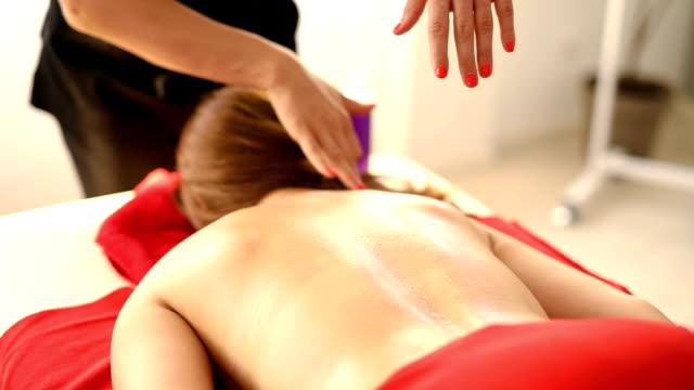 vidéos et rushes de masseuse à l'aide de coudes pour masser son client - banc de massage