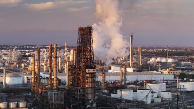 vídeos de stock e filmes b-roll de massive cloud of steam billowing over oil refinery at sunset - wilmington cidade de los angeles