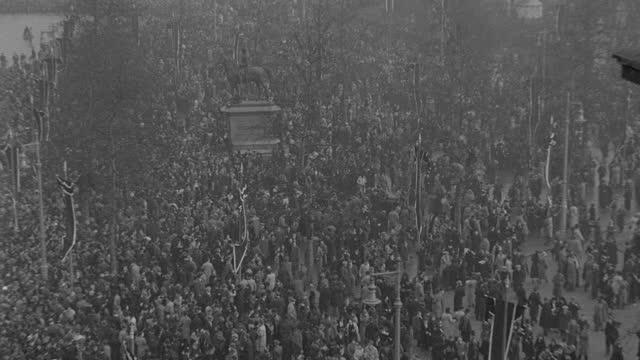 vídeos y material grabado en eventos de stock de a massive crowd follows the funeral procession of king george v in london. - luto