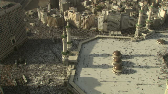 a massive crowd gathers at mecca' s sacred site and kaaba. - wallfahrt stock-videos und b-roll-filmmaterial