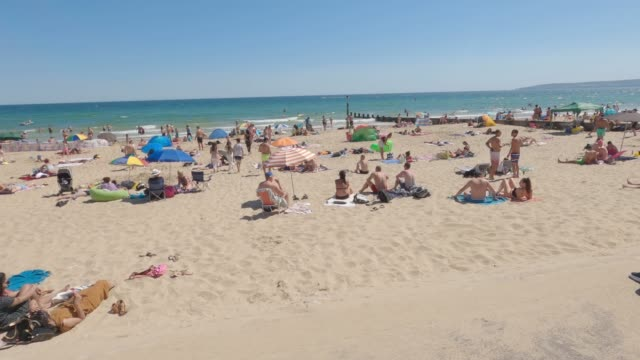 massive crowds gather on bournemouth beach attempting to keep the 2m separation for social distancing on may 31 2020 in bournemouth england the... - getting away from it all stock videos & royalty-free footage
