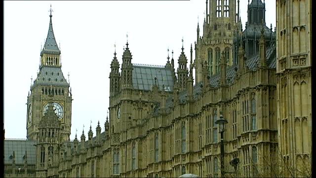 vídeos y material grabado en eventos de stock de massive increase in number of organ donations; london: ext reporter to camera houses of parliament and big ben clock tower houses of parliament... - bare tree