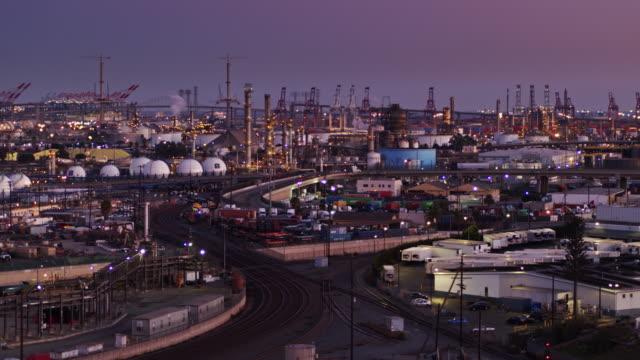 vídeos de stock e filmes b-roll de massive industrial area at the point of los angeles - drone shot - wilmington cidade de los angeles