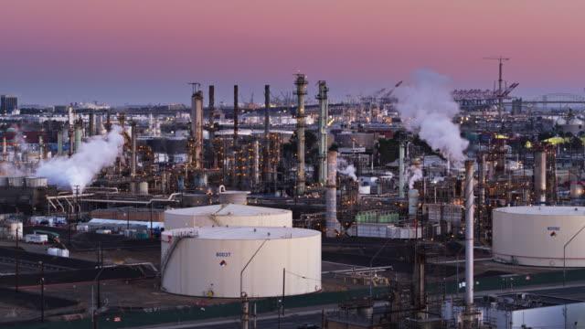 vídeos de stock e filmes b-roll de massive oil refinery in the port of los angeles - drone shot - wilmington cidade de los angeles