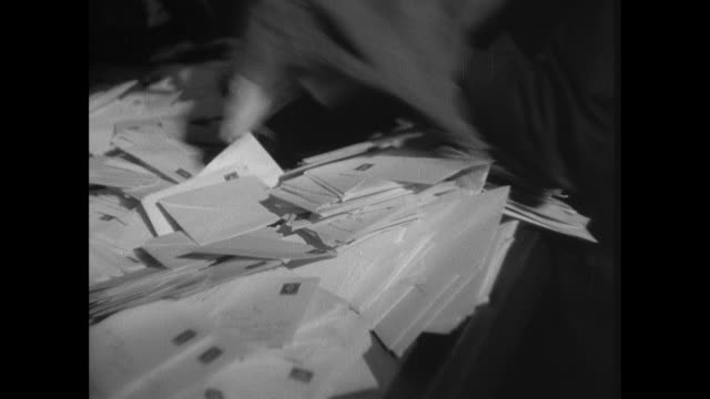 vidéos et rushes de montage massive quantities of mail are processed in the city as quickly as possible as businesses rely on the quickness of the post office to maintain their livelihood / london, england, united kingdom - poste