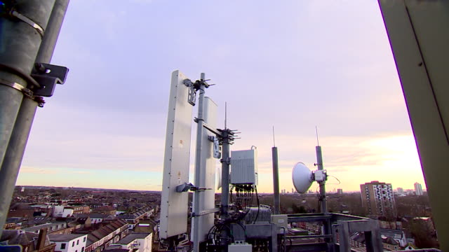 vidéos et rushes de 5g mast on top of building with huawei equipment being used london - antennes