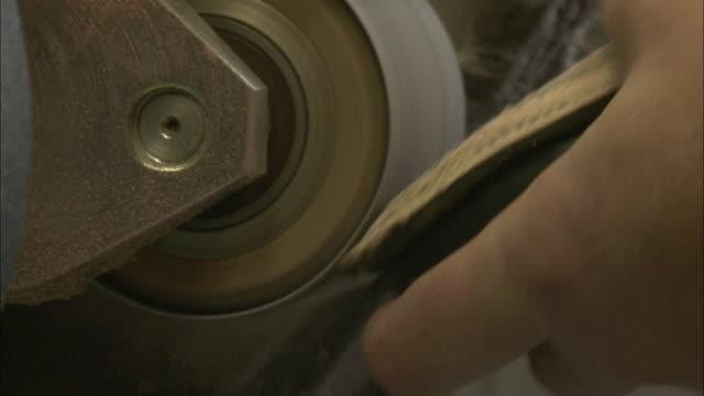 ecu master cobbler using grinder to polish sole of shoe / brussels, belgium - ausgefranst stock-videos und b-roll-filmmaterial