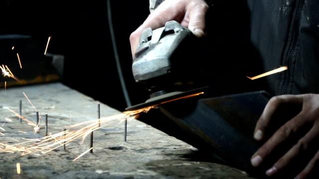 vídeos de stock e filmes b-roll de master milling machine for metal works on a grinding machine - trabalho de metal